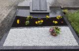 Doppelgrab mit eingelegter Abdeckplatte, Abgrenzung und Kies