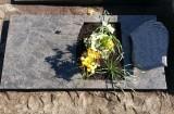 Einzelgrab mit Grabplatte