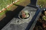 Einzelgrab mit Eckplatten und Kies
